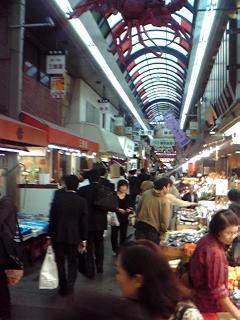 大阪、黒門市場商店街を歩く