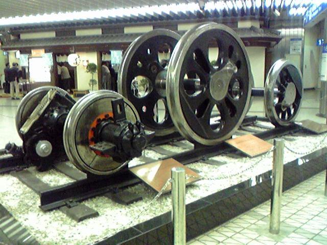 新大阪駅の機関車動輪